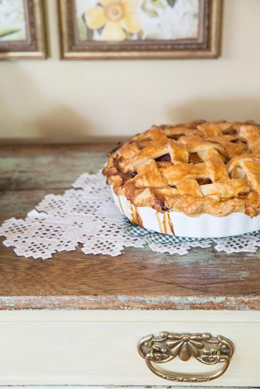Classic Peach Pie Recipe •theVintageMixer.com #pie #eatseasonal