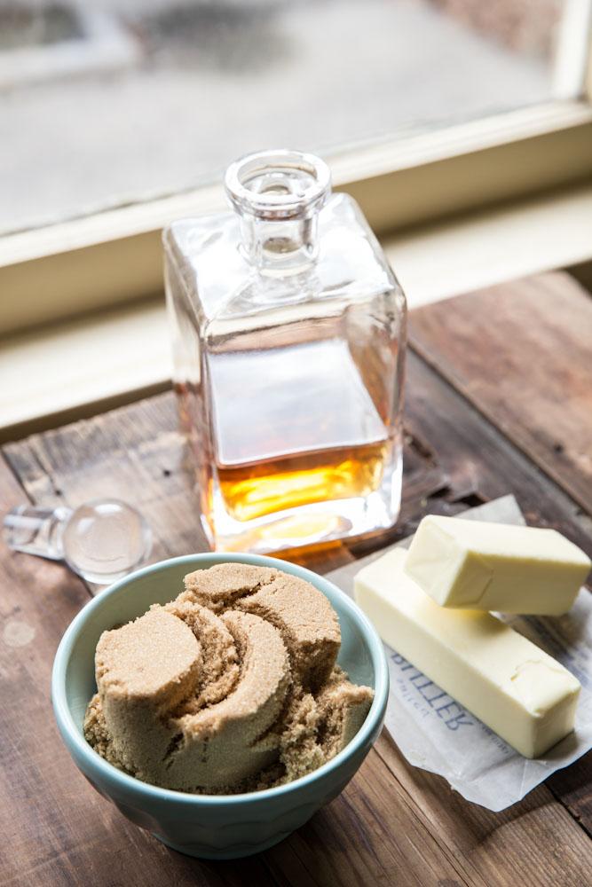 Whiskey Caramel Sauce Recipe •theVintageMixer.com #foodgifts #ediblegifts