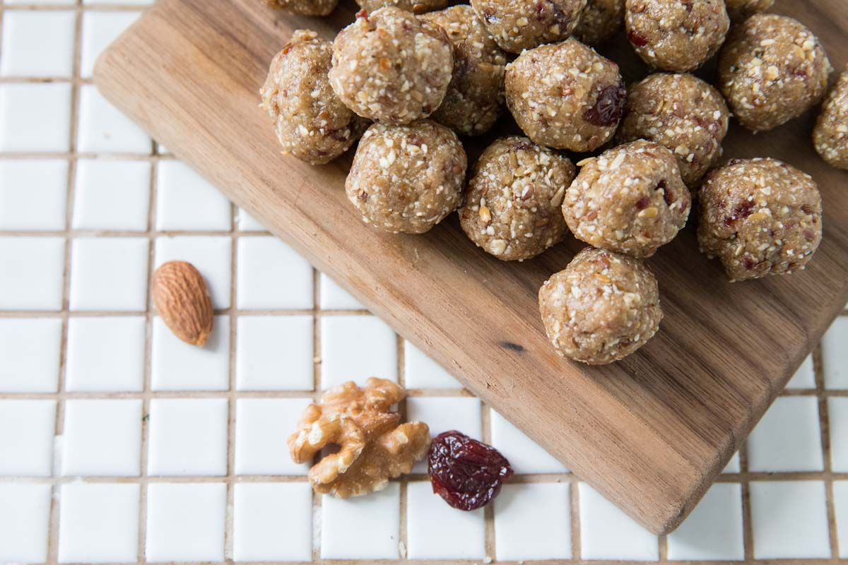 These energy bites are the perfect on the go snack! • theVintageMixer.com  #healthysnacks