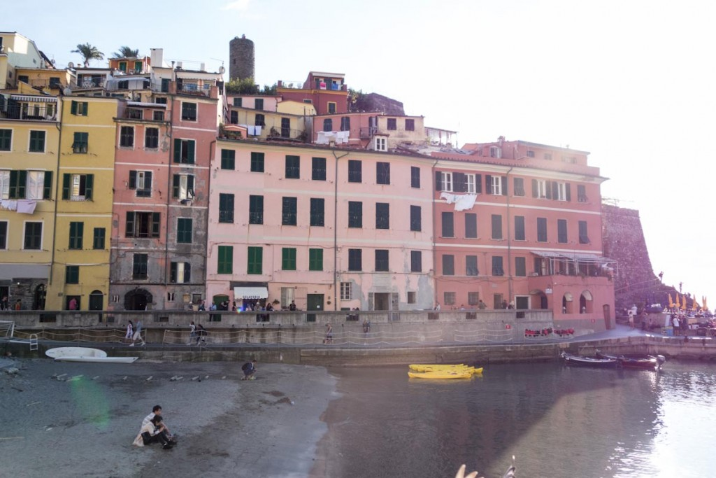 Vernazza Cinque Terre Italy • theVintageMixer.com #travel #italy #cinqueterre