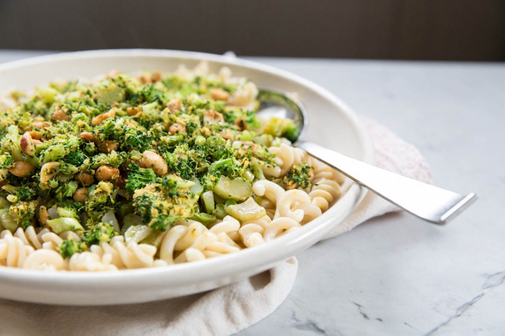Roasted and Charred Broccoli Pasta Recipe • theVintageMixer.com #healthyrecipe #cleaneating #broccoli #pastarecipe