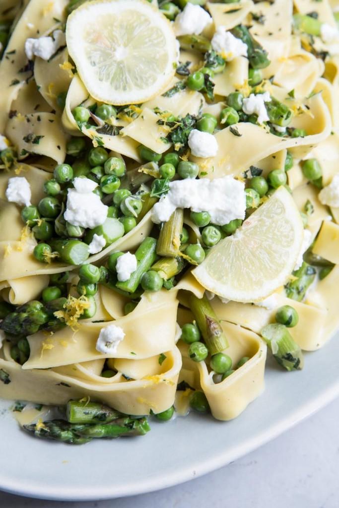 Spring Veggie and Goat Cheese Pasta Recipe • theVintageMixer.com #vegetarianrecipe #eatseasonal #meatleassmonday #pastarecipe