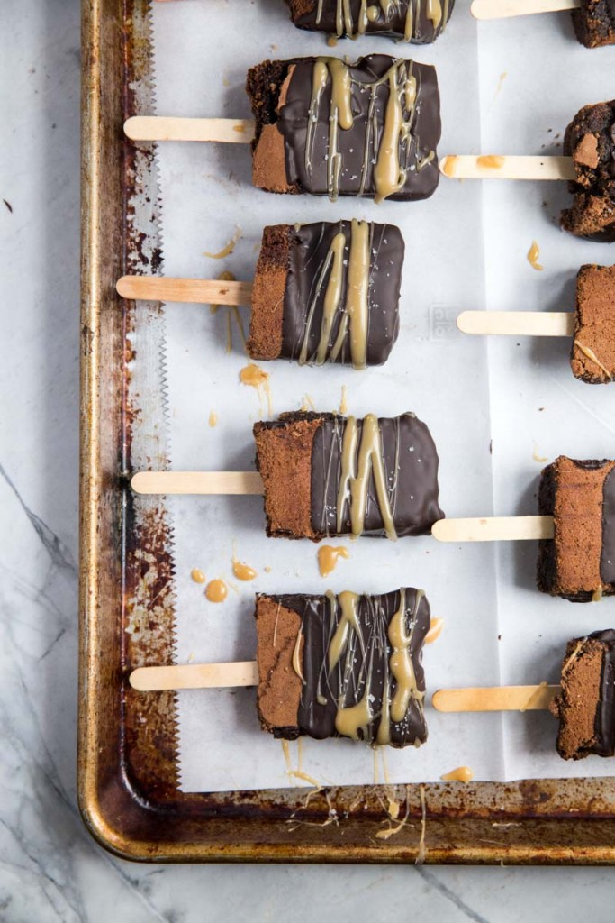Freezer Friendly Salted Caramel Brownies on a Stick • theVintageMixer.com #cookbook #freezermeals #freezerrecipe
