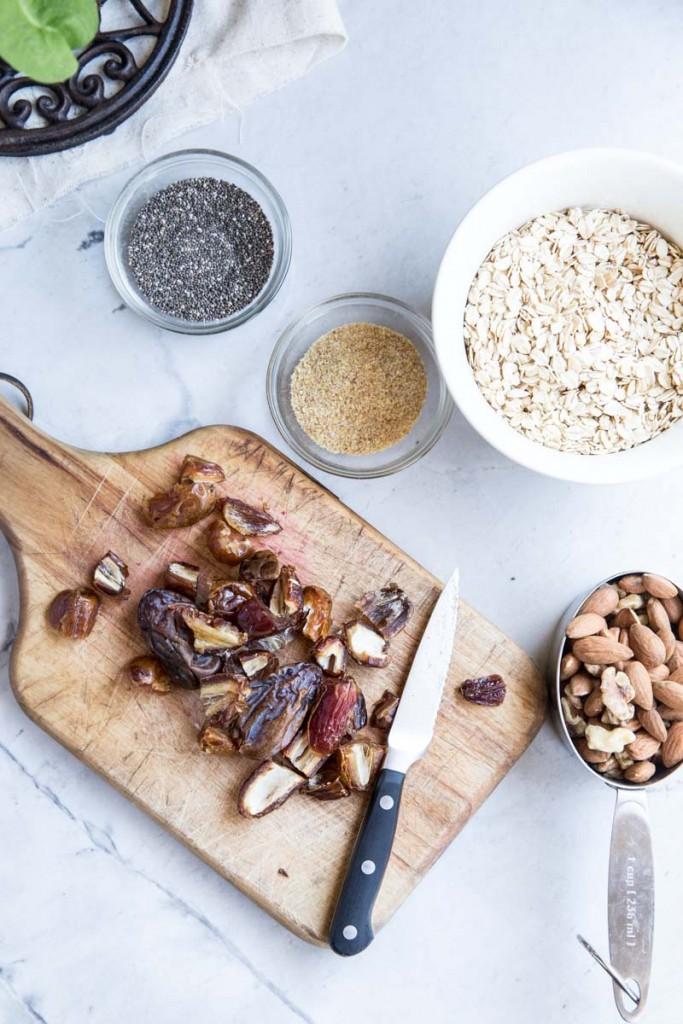 Healthy Oat and Nut Granola Bars • theVintageMixer.com #granolabars #healthyrecipe #bars