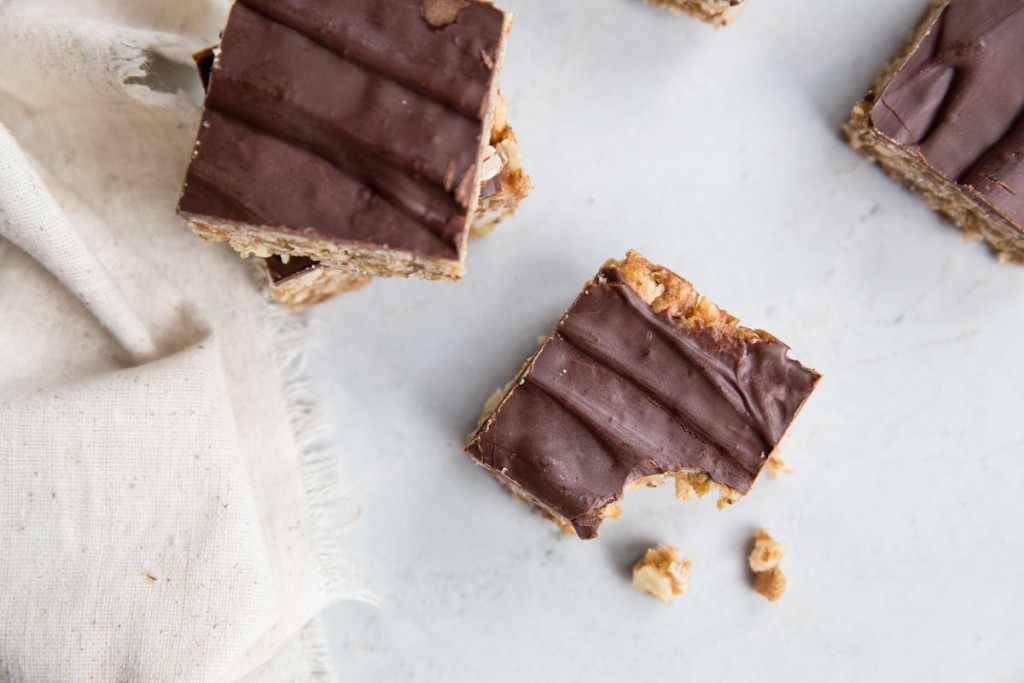 Healthy Peanut Butter Chocolate and Date Caramel Bars • theVintageMixer.com #bars #granolabars #healthysnackrecipe