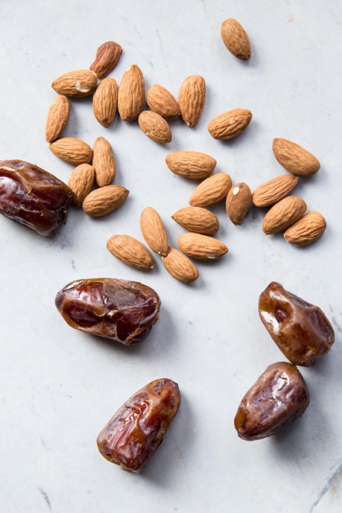 Chocolate Almond and Date Energy Bites Recipe • theVintageMixer.com #energybites #rawbrownie #dates #healthydessert