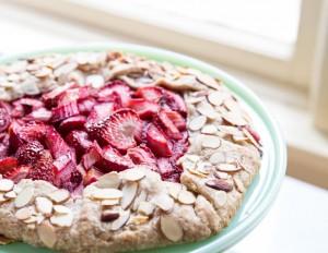 Strawberry Rhubarb Almond Galette •theVintageMixer.com #galette #rhubarbrecipe