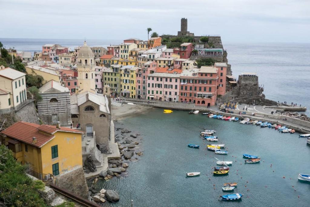Vernazza Cinque Terre Italy •theVintageMixer.com #travel #italy #europetravel