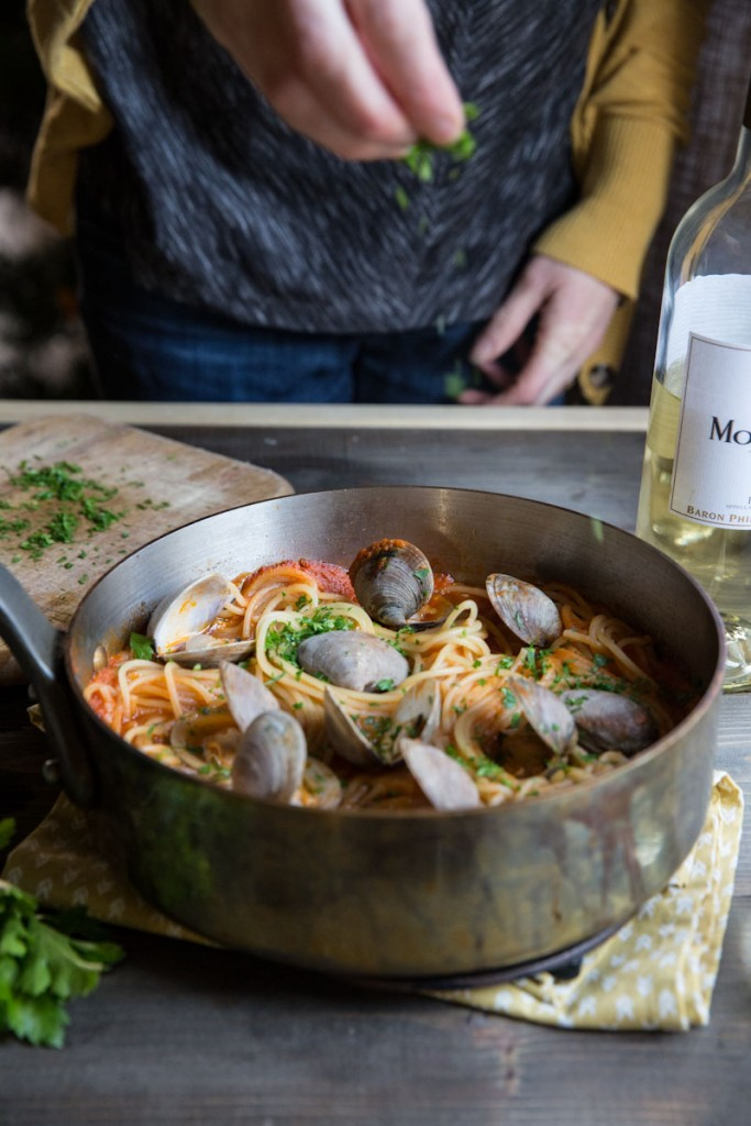 Easy Spaghetti with Clams Recipe • theVintageMixer.com #clams #spaghetti