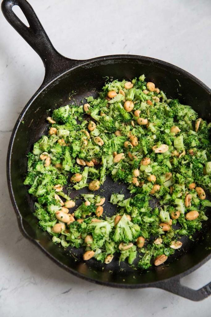 Roasted and Charred Broccoli Pasta Recipe • theVintageMixer.com #healthyrecipe #cleaneating #broccoli #pastarecipe