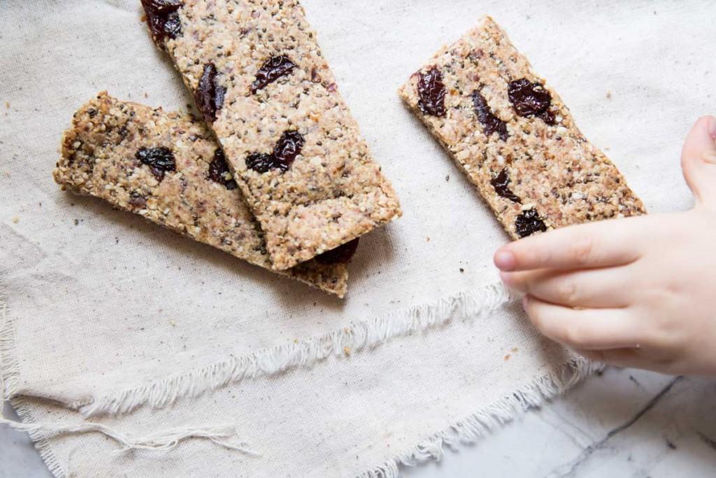 Healthy Oat and Nut Granola Bars • theVintageMixer.com #granolabars #healthyrecipe #healthysnack