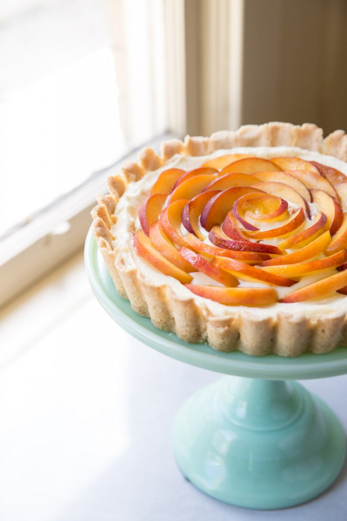 Peach and Ginger Cream Tart Recipe • theVintageMixer.com #tart #peachtart #patesucree #pastrycream