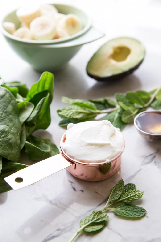 Healthy Vegan Shamrock Shake Recipe •theVintageMixer.com #shamrockshake #veganrecipe #healthyrecipe #vegan #StPatricksDayrecipe