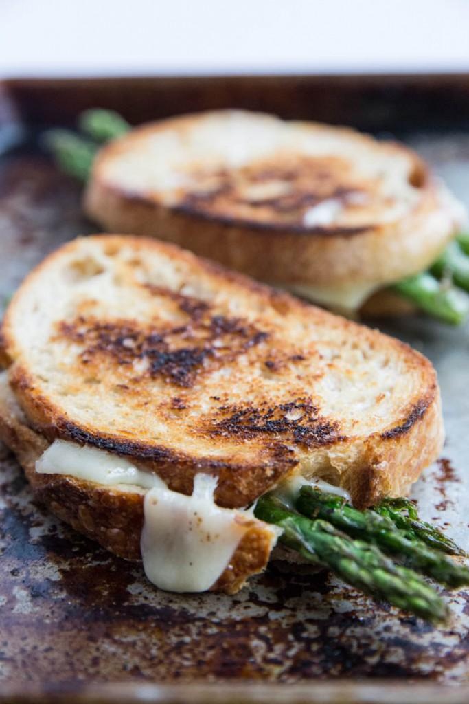 Roasted Aspragus Grilled Cheese Recipe • theVintageMixer.com #eatseasonal #asparagusrecipe #grilledcheese